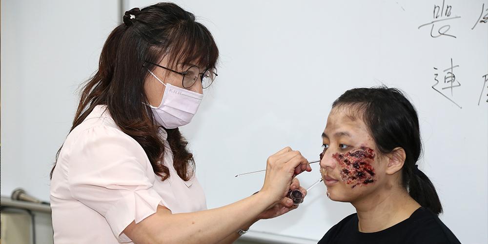 世新廣電系「特殊化妝」課程夯!教授學生喪屍妝設計