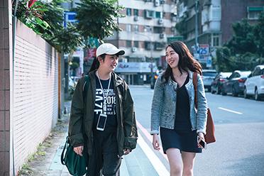 【影】韓國瑜小編「新學姐」許右萱、王律涵感念世新鍛造營培育