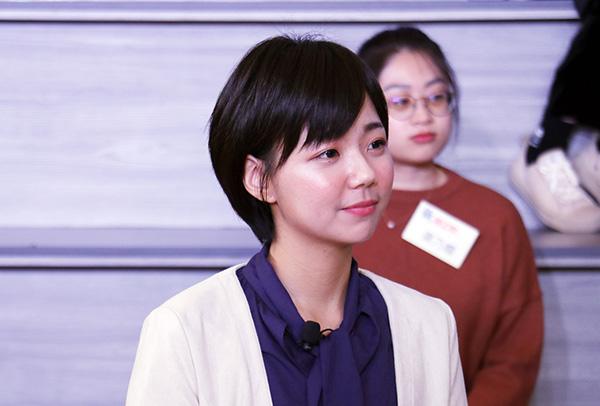 世新大學新聞學系碩士班校友張庭瑋(左)的專業與自信,讓她在求職期間被5家企業錄取。圖為張庭瑋主持世新青年論壇節目《新。聞之間》