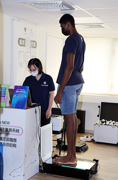 世新男籃208公分的奈及利亞籍球員丹尼爾接受足壓檢測。